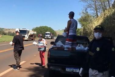 PRF ajuda família a distribuir comida para caminhoneiros no Paraná