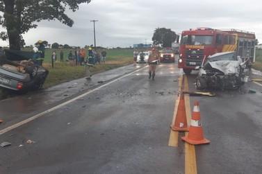 Duas pessoas morrem e três ficam feridas em acidente na PR-323, em Perobal
