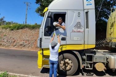 Grupo de Douradina distribui refeições para caminhoneiros e famílias carentes