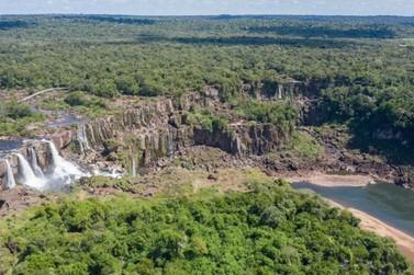 Seca prolongada baixa a vazão do Rio Iguaçu e muda o visual das Cataratas