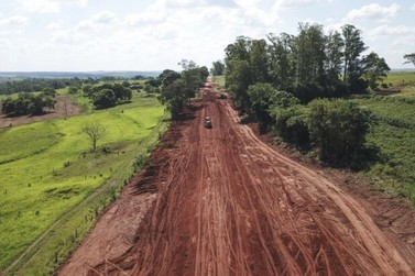 Serviço de readequação da Estrada Pavão, em Umuarama, já avançou mais de 50%