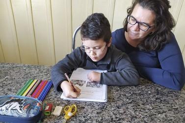 Com escolas fechadas, atividades educacionais aproximam famílias em Umuarama