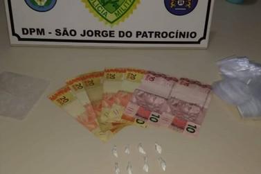 Jovem é preso acusado de traficar drogas em avenida de São Jorge do Patrocínio