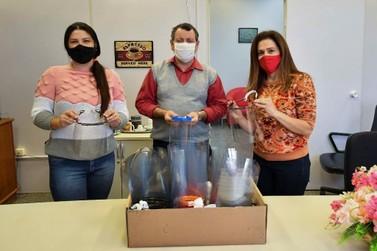 Professores recebem máscaras de acrílico para volta das aulas em Umuarama