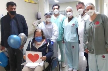 Mulher de 56 anos comemora cura da covid-19 no Hospital  Uopeccan de Umuarama