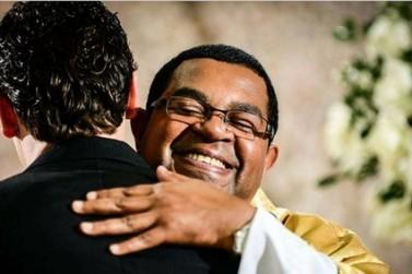Padre Cesar Augusto recebe alta e vai terminar tratamento em um seminário