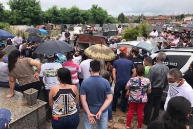 Dor e muita emoção marcam o sepultamento da família que morreu em queda de avião