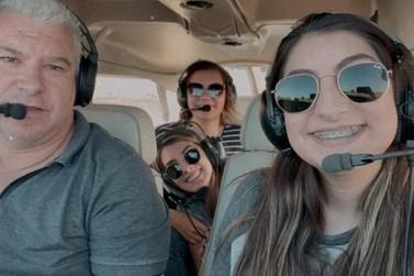 Parentes e amigos se despedem da família que morreu em queda de avião