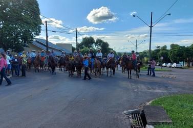 Amigos fazem cavalgada em homenagem a homem morto em acidente de trânsito; vídeo