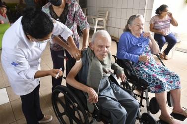 Umuarama anuncia vacinação contra covid para idosos de 89 anos nesta segunda