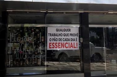 Empresários protestam contra fechamento do comércio de Umuarama com adesivaço