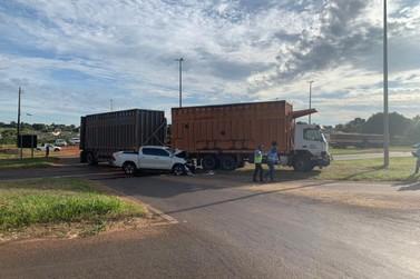 Acidente entre caminhão e caminhonete deixa motorista ferido na rodovia PR-323