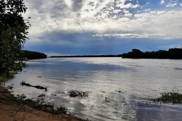 Barco é atingido por contrabandistas no Rio Paraná e policiais caem na água