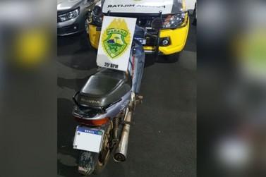 Homem vai para a delegacia após ser flagrado com moto roubada em bar de Umuarama