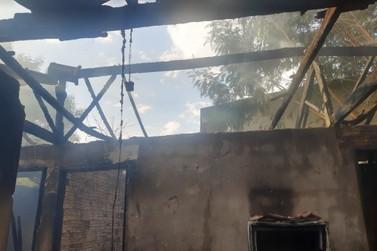Morador espanta abelhas com fogo e acaba destruindo residência em Douradina
