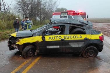 Carro bate em barranco, capota e fere duas pessoas, na região de Umuarama