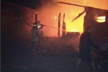 Criança que brincava com isqueiro provoca incêndio e deixa casa destruída