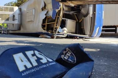 Fotos mostram cenário de destruição após acidente com ônibus do Umuarama Futsal