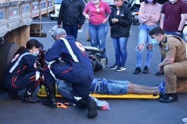 Motociclista tem ferimentos após bater em caminhão em cruzamento de Umuarama