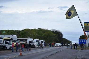Caminhoneiros realizam manifestação pelo 2º dia na PR-323, região de Umuarama