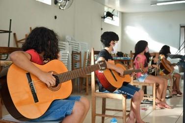 Projeto oferece aulas gratuitas de violão em vários bairros de Umuarama