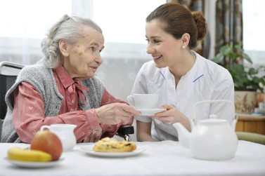 Senac oferta vagas para curso gratuito sobre cuidado de idosos, em Umuarama