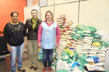 Acadêmicos de Direito da Unipar doam alimentos para Uopeccan