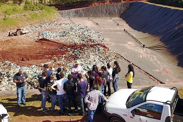 Alunos do IFPR visitam aterro sanitário de Umuarama