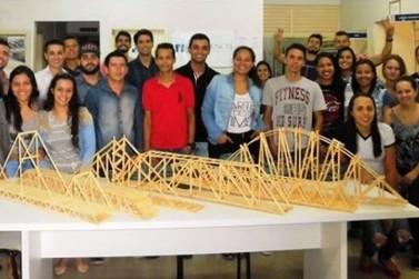 Pontes de palitos que suportam até 60 quilos estimulam o aprendizado de alunos da UEM