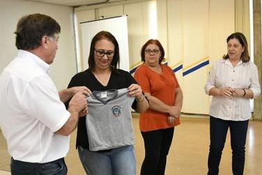 Educação entrega uniformes para distribuição nas escolas municipais