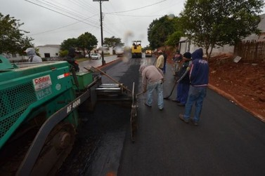 Empreiteira conclui asfalto na Avenida dos Xetá, em Umuarama