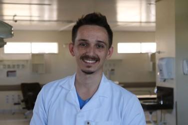 Entre seringas e remédios, enfermeiro aperfeiçoa prontuário da Uopeccan