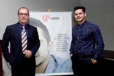 Estudante de Direito da Unipar recebe homenagem da Câmara de Vereadores