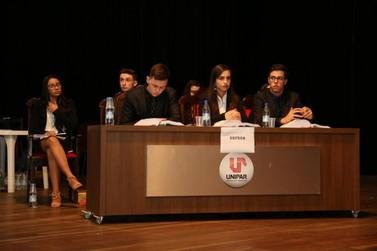 Estudantes exercitam oratória e argumentação durante Júri Simulado