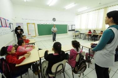 Palestra leva orientações a alunos sobre o meio ambiente em Umuarama