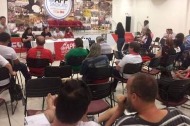 Professores estaduais decidem suspender greve e aulas voltam segunda
