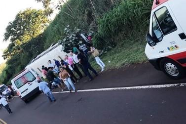 Ônibus tomba na PR 486 e fere 20 estudantes de Alto Piquiri