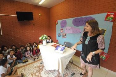 Crianças de CMEI conhecem escritora umuaramense e ganham livros autografados