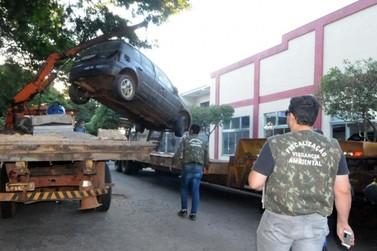Vigilância em Saúde de Umuarama recolhe veículos abandonados nas ruas