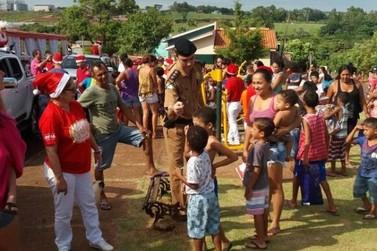 Policiais militares realizam entrega de presentes em Umuarama e Iporã