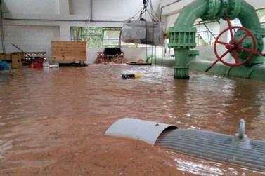 Sanepar confirma inundação do centro de captação de água do Rio Piava