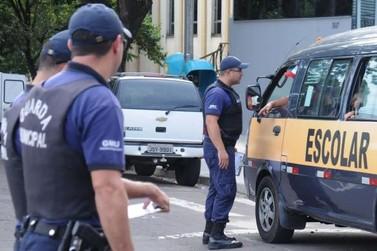Umutrans e Guarda Municipal vistoriam vans do transporte escolar
