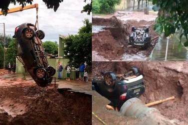Veículo cai dentro de cratera em rua de Paranavaí