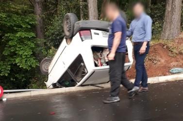 Carro capota após colisão no Jardim Muzzolon