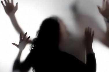 Polícia flagra homem tentando enforcar mulher de 17 anos