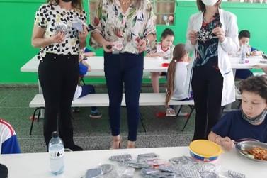 Projeto Mãos Solidárias entrega 250 máscaras para alunos da rede municipal