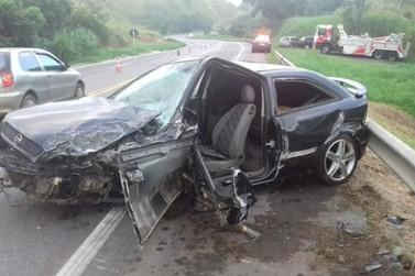 Carros batem e quatro pessoas ficam feridas na BR-393, em Vassouras