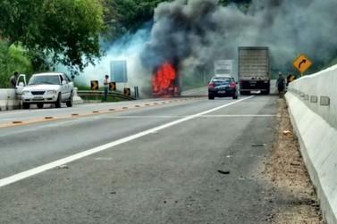 Caminhão pega fogo na BR-393, em Vassouras