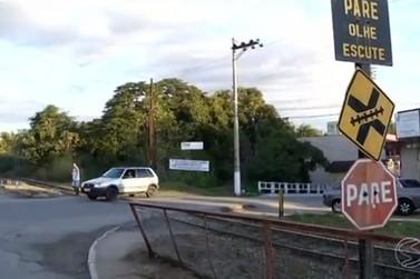 Falta de cancela em linha férrea preocupa motoristas e pedestres em Quatis