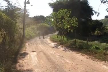 Moradores reclamam do abandono de rua no distrito de Santa Rita de Cássia em BM